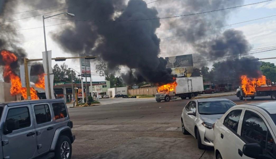 Foto: Vehículos incendiados durante operativo fallido para detener a hijo del Chapo en Culiacán, Sinaloa, el 22 de octubre de 2019. (EFE)