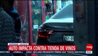 FOTO: Conductor pierde el control y termina con su coche dentro de licorería en Jalisco, 26 octubre 2019