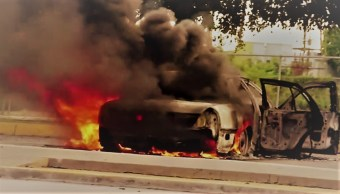 FOTO: Vehículos incendiados durante un enfrentamiento de grupos armados con las fuerzas federales este jueves, en las calles de Culiacán