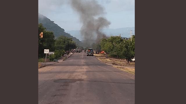 FOTO Emboscan a policías estatales en Michoacán; hay varios muertos (Twitter)