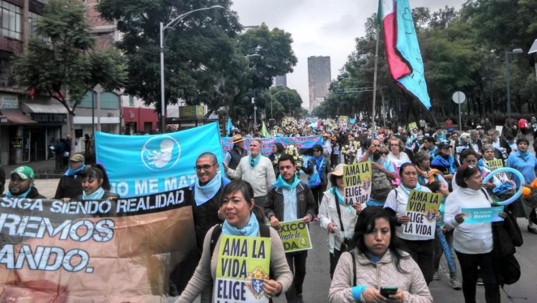 Foto: Los manifestantes provenientes de los estados de México, Puebla, Veracruz y Querétaro salieron del Hemiciclo a Juárez y frente a la sede del gobierno federal instalaron una ofrenda con flores de cempasúchil, 26 de octubre de 2019 (Twitter@pasos_puebla)