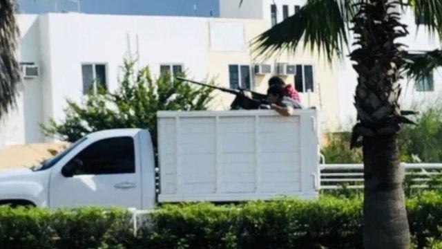 Foto: Comando circula en un vehículo artillado en calles de Culiacán, Sinaloa. Cuartoscuro