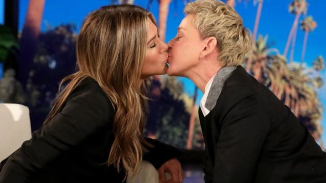 Foto: Jennifer Aniston y Ellen DeGeneres se besan.