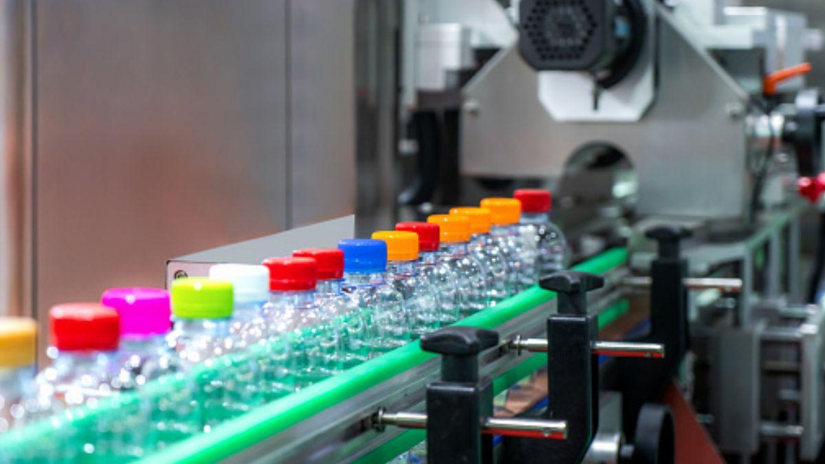 Foto: Una maquina mueve botellas de plástico para etiquetarlas. Getty Images/Archivo
