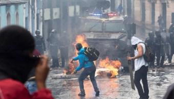 Foto: Manifestantes se enfrentan con policías en calles de Quito, Ecuador. Reuters
