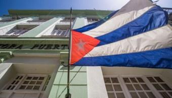 Foto: Una bandera de Cuba ondea en una plaza de La Habana. Getty Images/Archivo