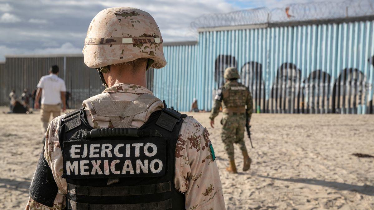 Foto: Elementos de la Guardia Nacional de México recorren la valla fronteriza en Tijuana. Getty Images
