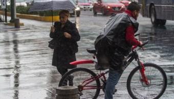 Foto: Una mujer se cubre con un paraguas por la lluvia en Ciudad de México. Cuartoscuro/Archivo