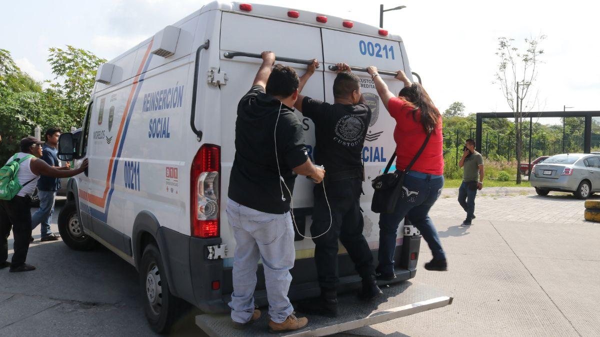 Foto: Familiares de los internos intentan detener una ambulancia del penal de Atlacholoaya. Efe