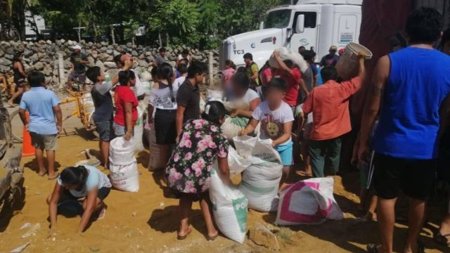 Foto: Pobladores roban la mercancía de un tráiler volcado en la carretera Campeche-Mérida. Twitter/@ExpresoCampeche