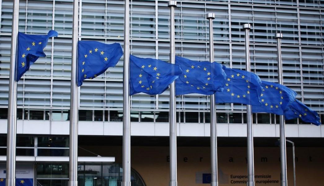 Foto: Varias banderas de la Unión Europea ondean en el aeropuerto de Bruselas, Bélgica. Getty Images/Archivo