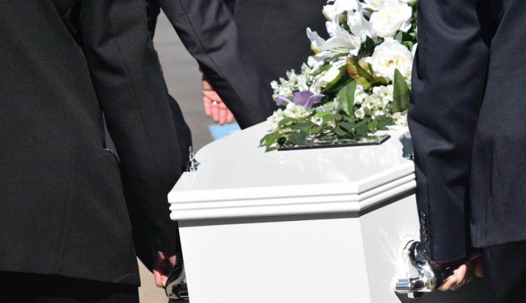 Foto: hombre vuelve con familia despues de su funeral. 13 Octubre 2019