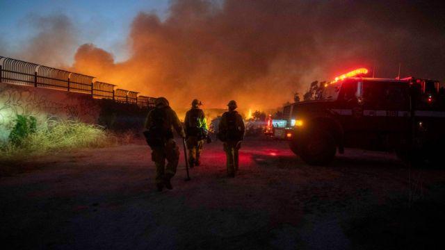 Incendios en California, desalojan a miles de personas