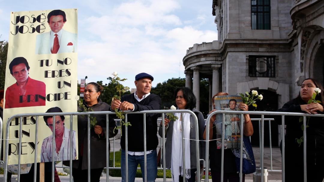 FOTO Desde temprano, seguidores de José José esperaban la llegada de las cenizas para un homenaje póstumo en el Palacio de Bellas Artes (AP)