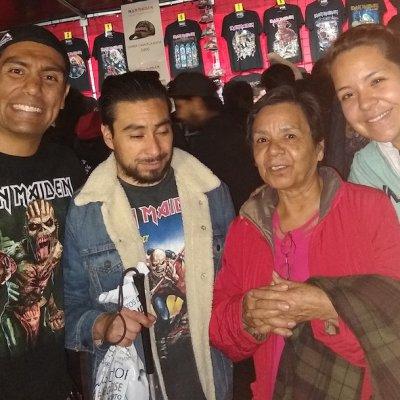 Madre viaja con su hijo ciego a la CDMX para narrarle un concierto de rock pesado