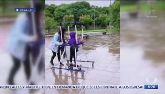 Madre ayuda a hijo con parálisis cerebral a andar en patineta