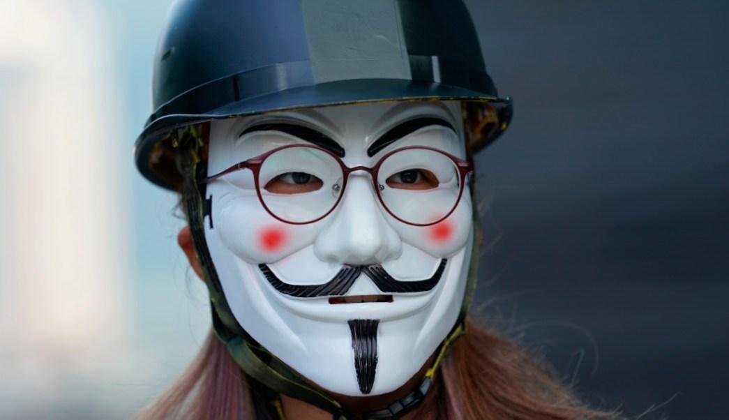 Foto: Manifestantes usan máscaras durante protestas en Hong Kong, 3 de octubre de 2019