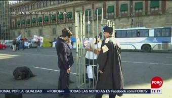 Manifestantes protestan frente a Palacio Nacional, en CDMX