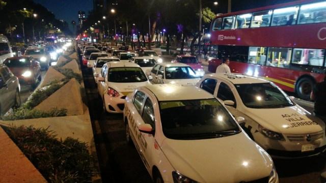 FOTO Taxistas marchan de Indios Verdes al Ángel y bloquean Reforma (S. Servín S.)