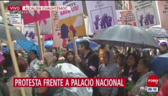 Mujeres protestan en Palacio Nacional; exigen recursos para lucha contra cáncer