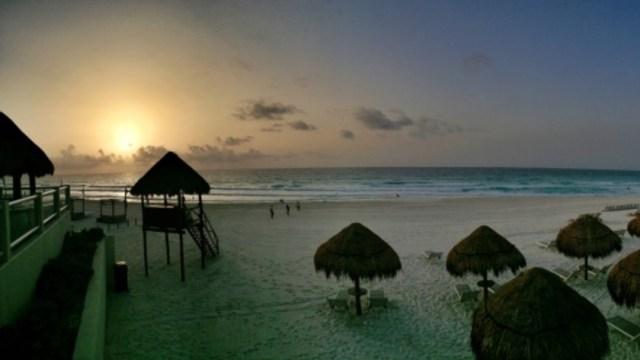 Vista panorámica del atardecer en un playa de Cancún, 16 octubre 2019