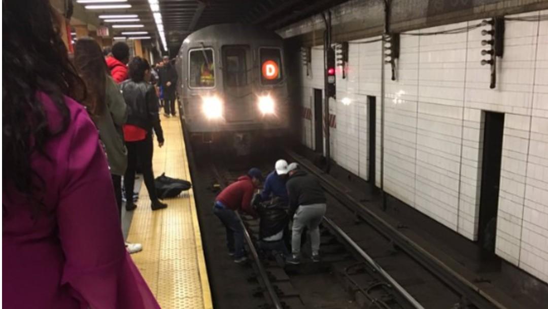 Foto: Pasajeros rescatan a hombre que cayó a vías del Metro en NY, 25 de octubre de 2019, Estados Unidos
