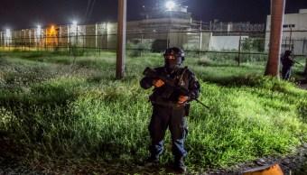 FOTO: Elementos de la Policía Estatal vigilan el exterior del penal de Aguaruto.