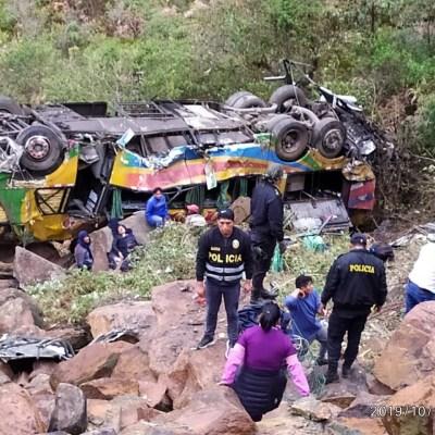Autobús cae a barranco en Perú; hay 23 muertos y 30 heridos