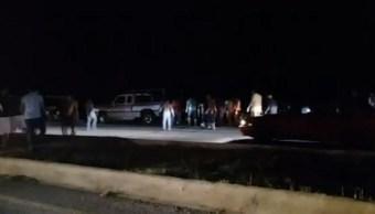 Foto: Esta es la séptima vez en menos de tres meses que ciudadanos que habitan en los alrededores de la carretera federal Mérida-Campeche se roban la carga de camiones, 26 de octubre de 2019 (Noticieros Televisa)