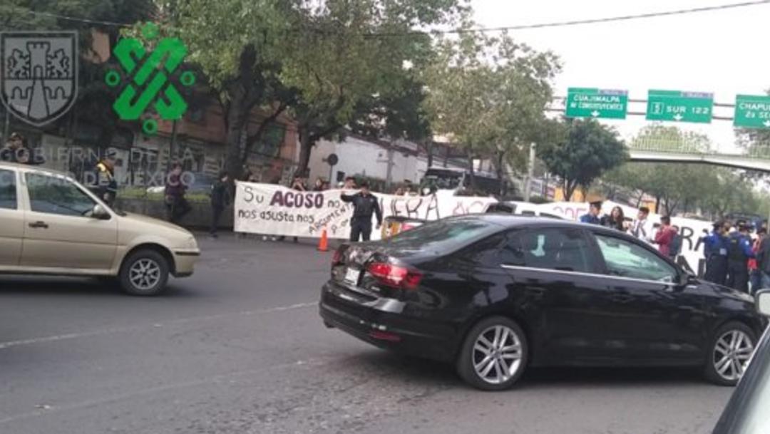 Foto: El viernes pasado, la comunidad estudiantil por denuncia de acoso a estudiantes y el mal estado de las instalaciones, 28 de octubre de 2019 (Twitter @OVIALCDMX)