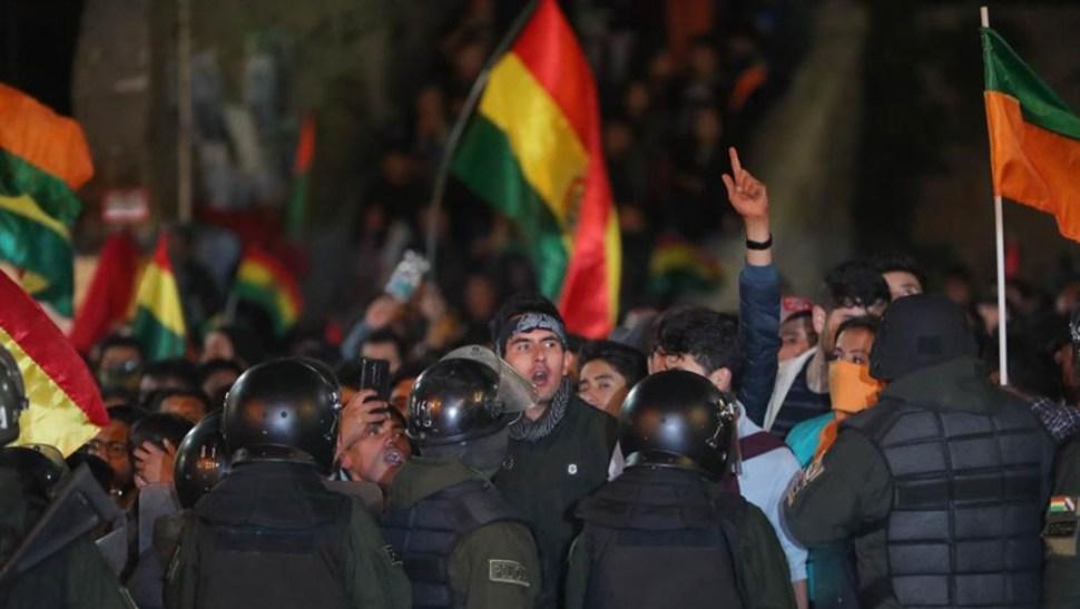Foto: En la capital, La Paz, la policía evitó el choque entre opositores y seguidores a Morales en puertas del tribunal electoral donde se hacía el recuento, 22 de octubre de 2019 (EFE)