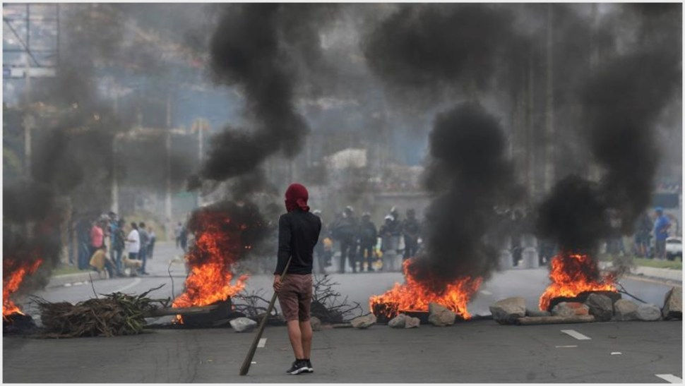 Foto: Decenas de personas participan en el décimo día de protestas contra el Gobierno este sábado, al Este de Quito, 12 de octubre de 2019 (EFE)