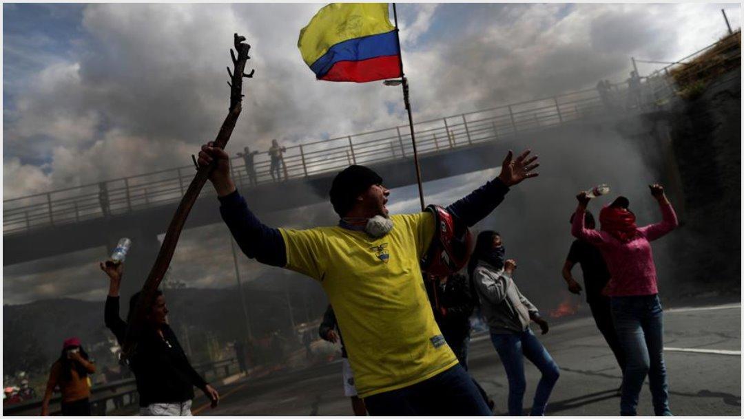Foto: Dos medios de comunicación fueron este sábado objeto de agresiones por parte de grupos de manifestantes en Quito, 12 de octubre de 2019 (EFE)