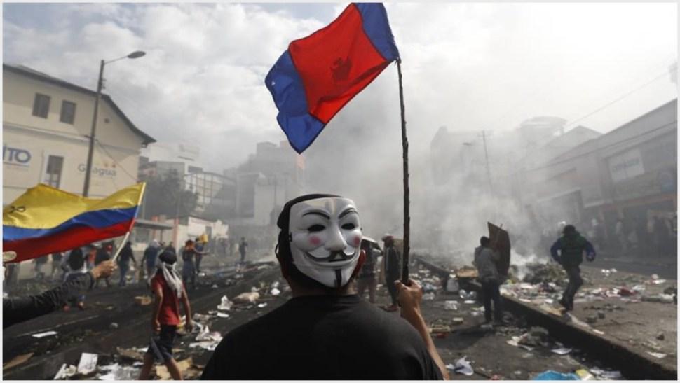 Foto: Un manifestante con una mascara y una bandera participa en el décimo día de protestas contra el Gobierno este sábado, en Quito, 12 de octubre de 2019 (EFE)