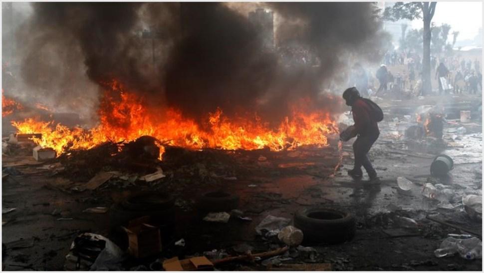 Foto: Manifestantes provocan incendios durante el décimo día de protestas contra el Gobierno este sábado, en Quito, 12 de octubre de 2019 (EFE)