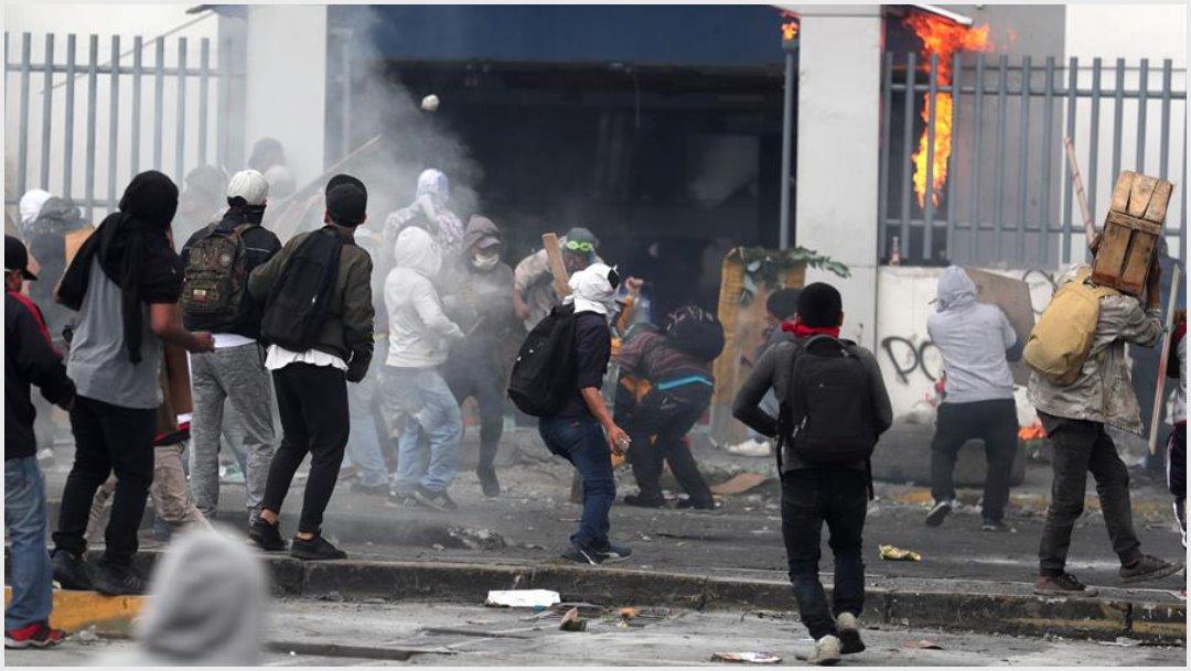Foto: Manifestantes causan desmanes en la sede de la Contraloría cuando se cumplen 10 días de protestas contra el Gobierno este sábado, 12 de octubre de 2019 (EFE)