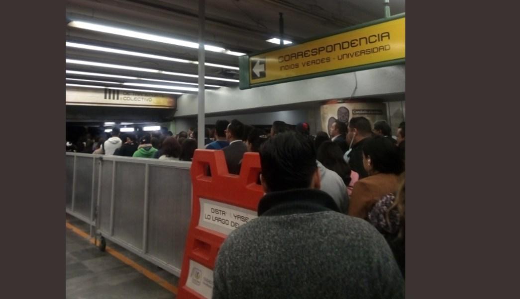 FOTO Riña entre mujeres afecta servicio en Línea B del Metro CDMX (Twitter @marchelitta89)