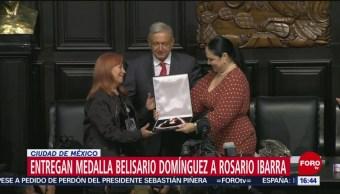 FOTO: Rosario Ibarra da en custodia AMLO Medalla Belisario Domínguez