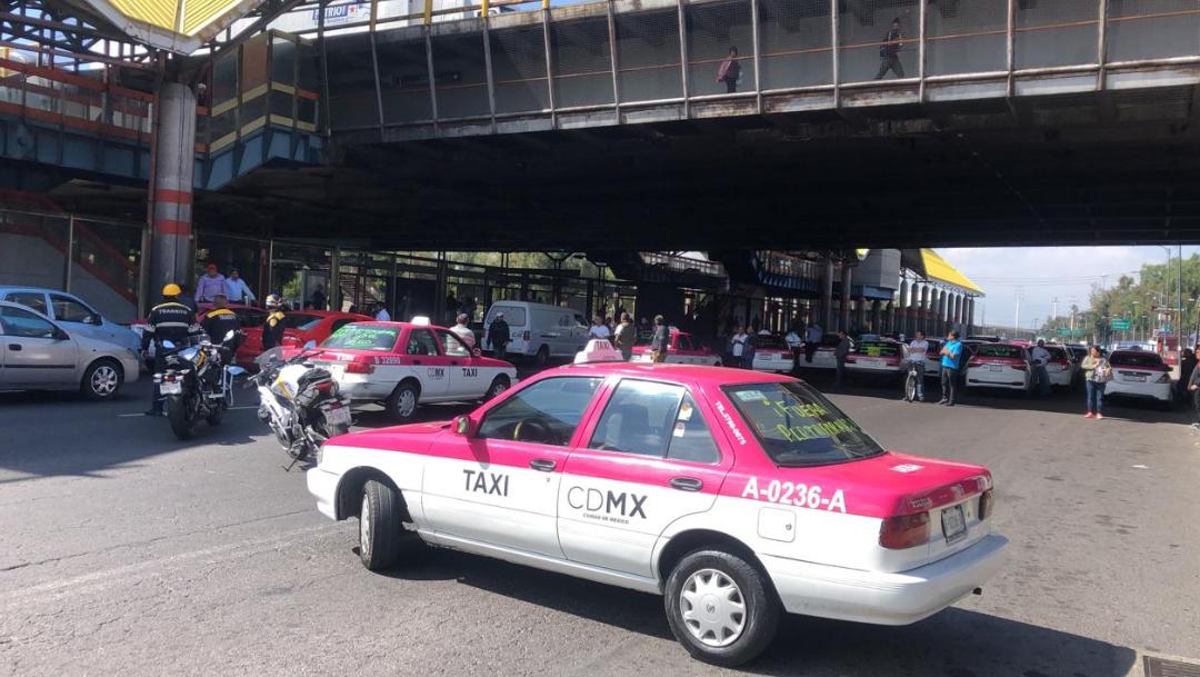 FOTO Taxistas bloquean Avenida Central, reportan agresiones contra automovilistas (Noticieros Televisa)