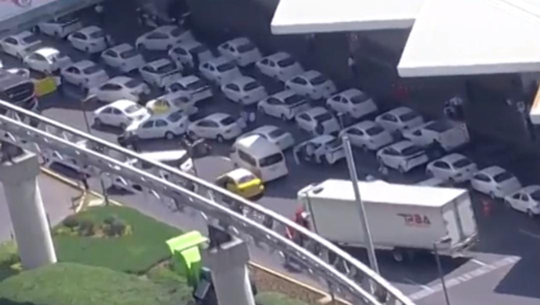 FOTO Taxistas bloquean Terminal 1 del AICM (FOROtv)