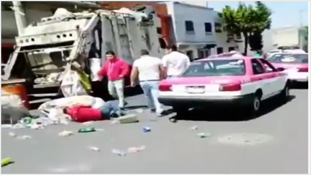 Foto: Taxistas fueron captados golpeando a recolector de basura, 13 de octubre de 2019 (Imagen del video)