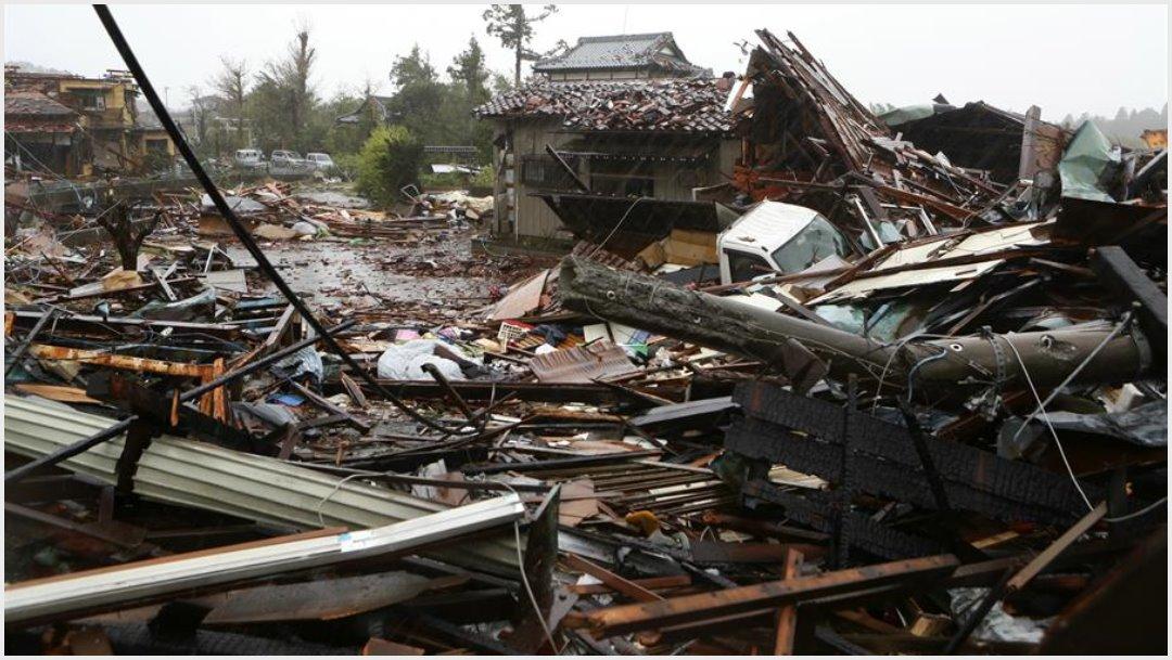 Foto; Un tornado provocados por el tifón Hagibis dejó sin hogar a cientos de familias en Japón, 12 de octubre de 2019 (EFE)