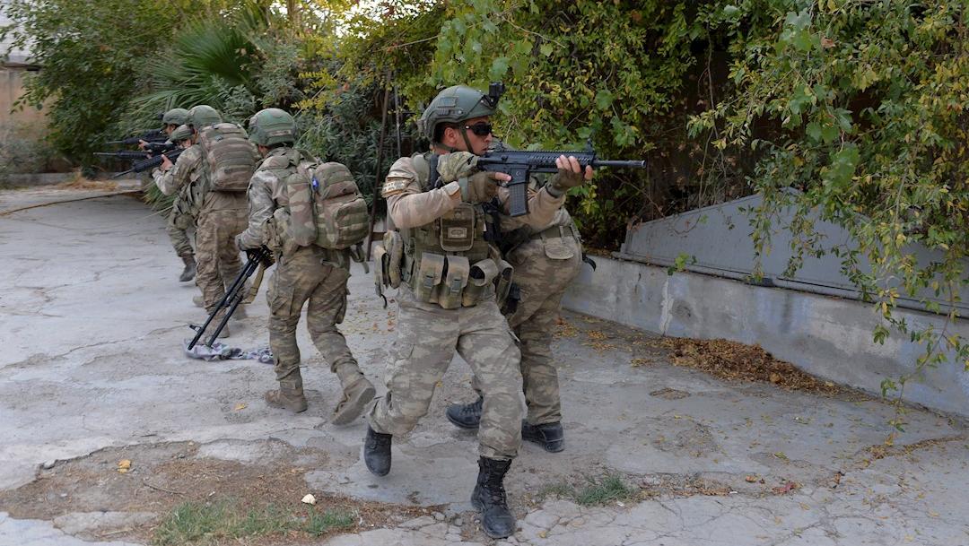 Foto: Soldados turcos en la ciudad fronteriza de Tal Abyad, en el norte de Siria, 18 octubre 2019