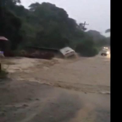 Video: Río crecido por 'Priscilla' arrastra autobús de pasajeros en Michoacán