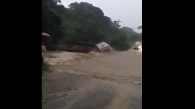FOTO Video: Río crecido por 'Priscilla' arrastra autobús de pasajeros en Michoacán (FOROtv)