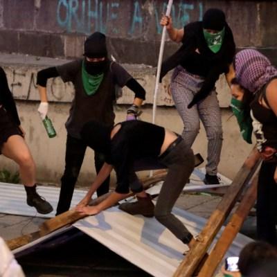 Encapuchadas derriban vallas para vandalizar monumentos a Colón y Cuauhtémoc