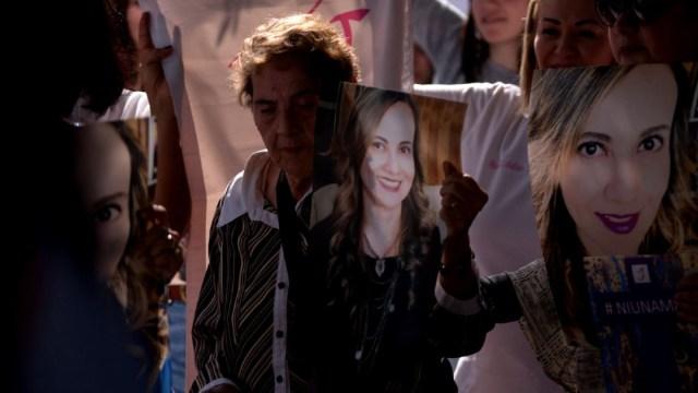 Foto: Una mujer porta una pancarta con la foto de Abril Pérez durante una marcha para exigir justicia por su feminicidio, el 29 de noviembre de 2019. (Cuartoscuro)