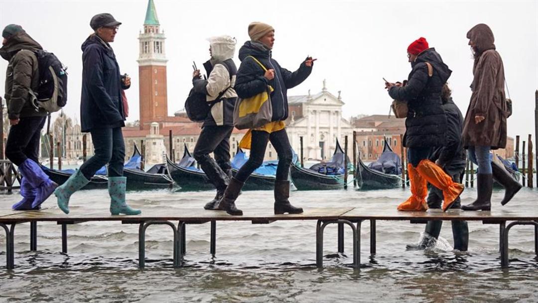 Foto: Los turistas pasean por las pasarelas colocadas por la ciudad para que puedan seguir disfrutando de lugares como la Plaza de San Marcos, 12 de noviembre de 2019 (EFE)