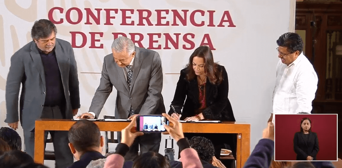 FOTO AMLO firma la convocatoria para la consulta sobre la construcción del Tren Maya (YouTube)