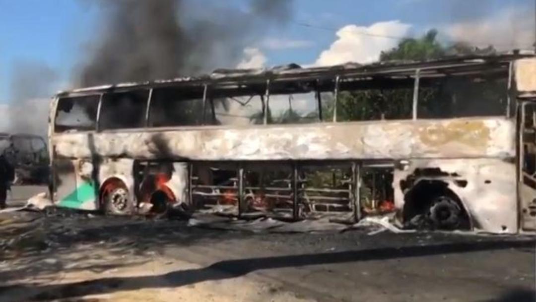 """Foto: El grupo armado """"Guardia Guerrerense"""" quemó autobuses en la carretera Zihuatanejo-Acapulco, 2 noviembre 2019"""